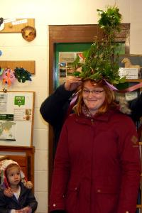 Wassail 11 WEB Amy crowned 'Quuen Pea' Keith Woolford 13-1-18